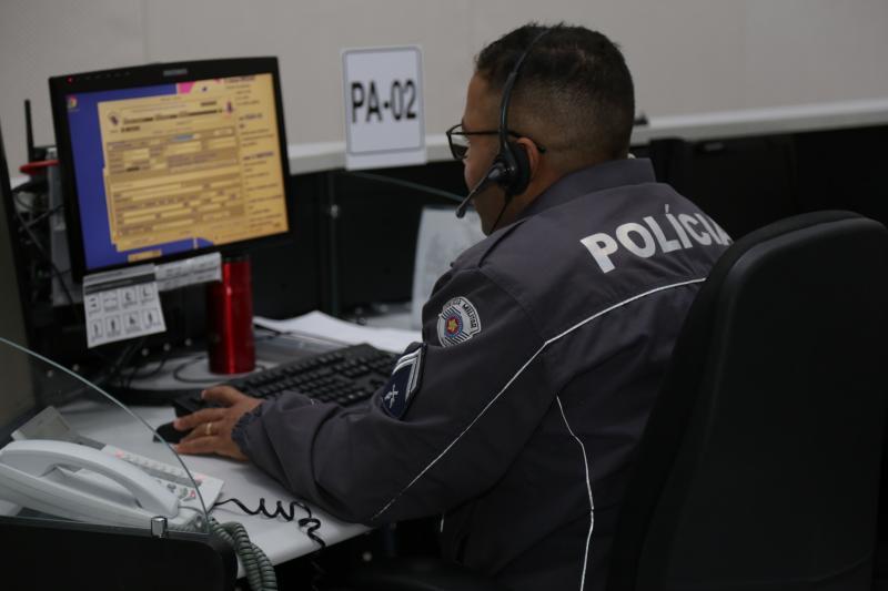 Isadora Crivelli - Policiais atendem em média 280 ligações a cada 12 horas de trabalho no Centro de Operações