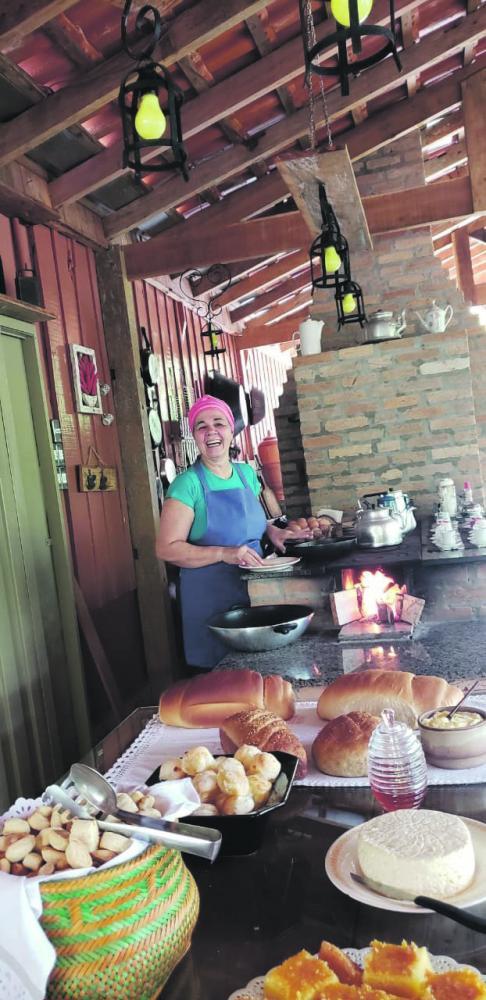 """Café da manhã de domingo é com Dona Marilda, com o delicioso """"Café na Roça"""" do ReCanto Casa Rural em Regente Feijó"""