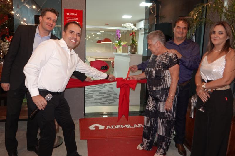 André Marini e Alexandre Blasi, diretores da Ademiliar, descerraram a fita inaugural, ao lado da família Barreiros