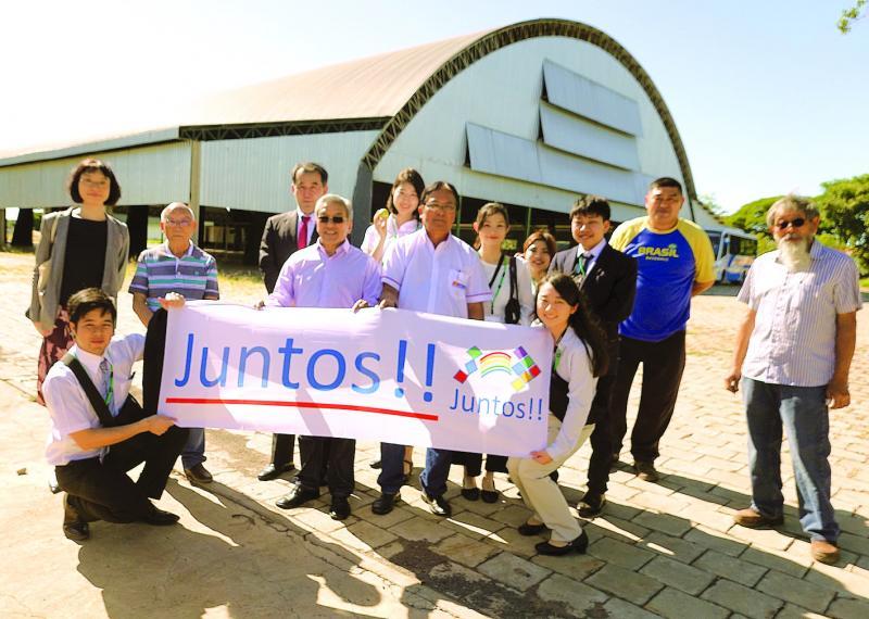 Grupo de estudantes japoneses visita as instalações da Acae