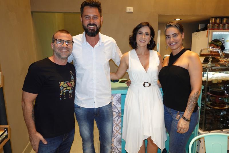 Fabiano Carazai, Fabiano Mogentali e Vanessa Sansão Mongentali (centro) recebem Fabiano Carazai e Juliana Vincenzi, na reinauguração da Castanha Baru