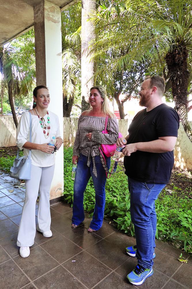 Carolina Viáfora, Ana Paula Cipola e Fernando Piffer discutem opções para o projeto
