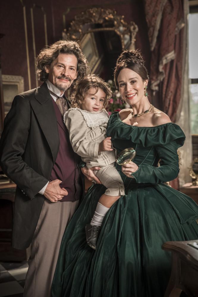 João Miguel Júnior/TV Globo - Luísa, a Condessa de Barral (Ximenes), Eugênio, o Conde (Tremouroux) e Dominique (Becker), filho do casa