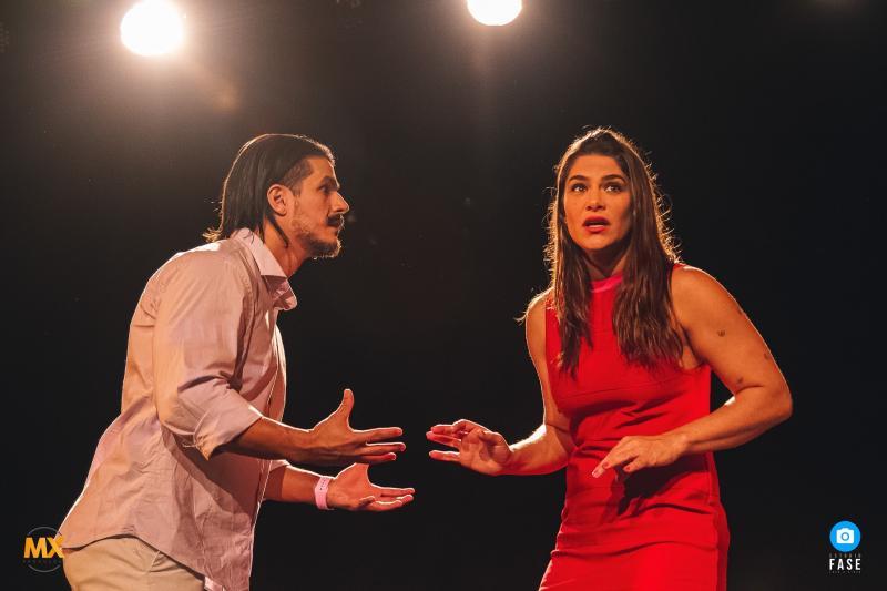 Divulgação - Priscila interpreta a Pilar e Bruno o Bento, casal que se conhece por um aplicativo
