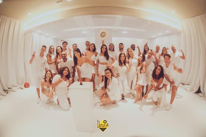 Reprodução/ Rodrigo Castelhano - Quarto Branco foi idealizado pelo Ibiza Lounge Bar, de sexta à noite a domingo à noite