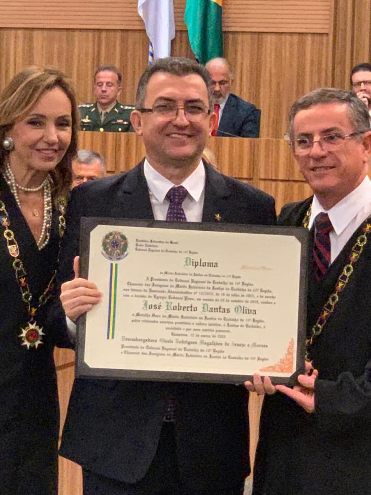 José Roberto Dantas Oliva recebe a homenagem do TRT, entre a presidente do Tribunal, desembargadora Gisela Rodrigues Magalhães de Araújo e Moraes, e o desembargador João Batista Martins César, autor da propositura