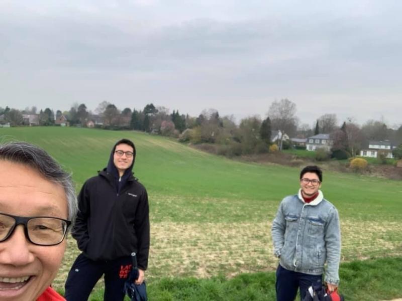 Jogi Oshiai, prudentino que mora em Bruxelas, nessa foto com os dois filhos, guardando a distância social de 1,5 m até nos passeios, e mesmo em família
