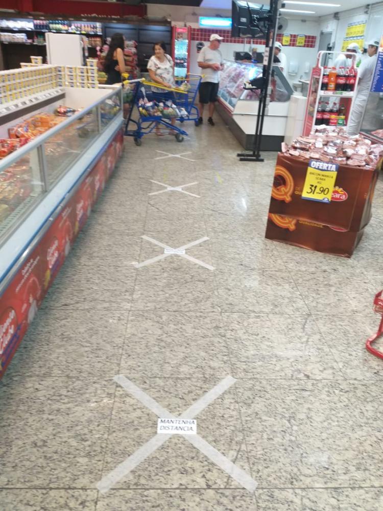 Cedida - Supermercado Estrela adotou sinalização de distanciamento para conter aglomerações de pessoas