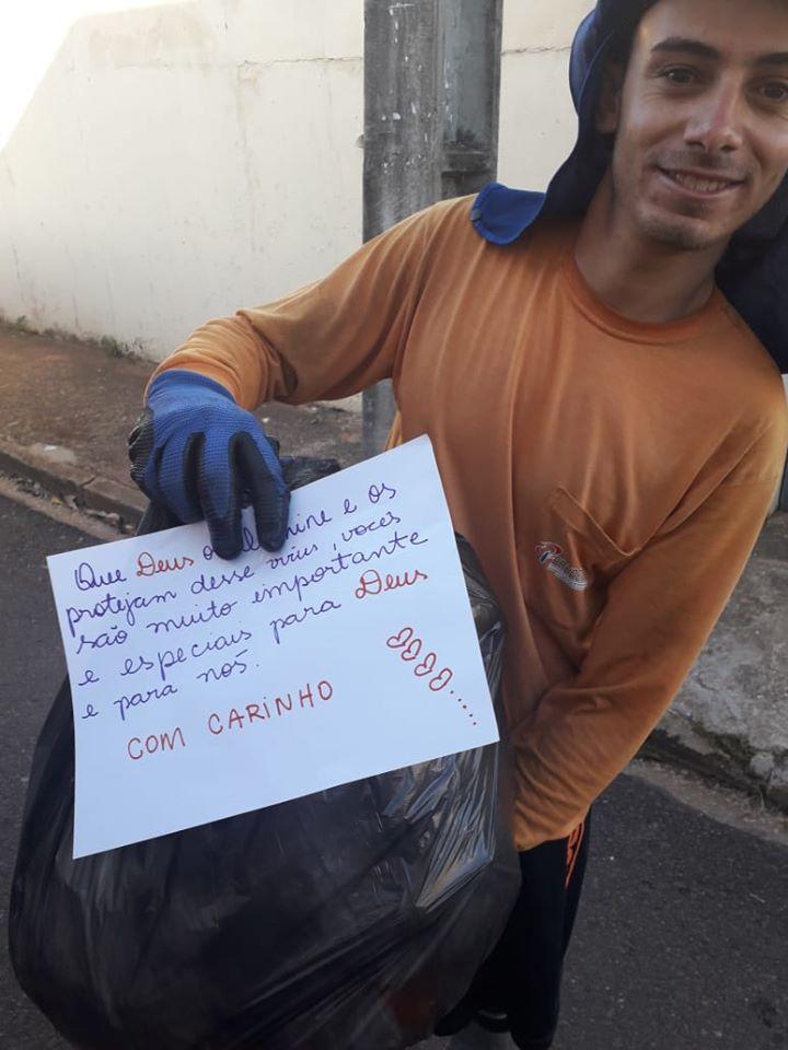 Mensagens aos coletores de limpeza pública de apoio viralizam pela internet