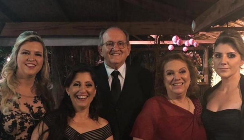 Na foto, registrada no início do ano, o casal aparece com suas 3 filhas