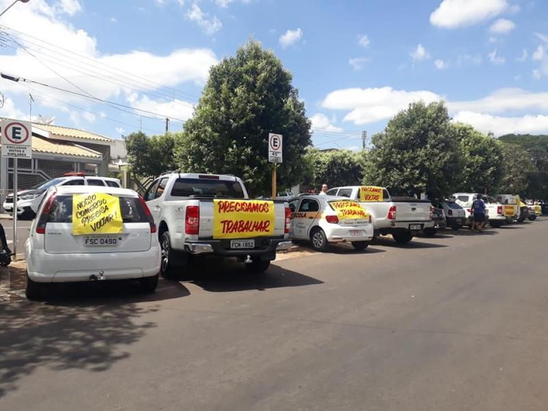 Reprodução/WhatsApp - Carros com cartazes percorreram as ruas pela reabertura das lojas