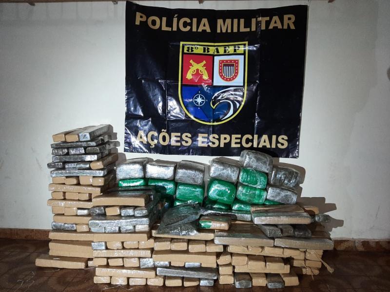 Polícia Militar - Policiais localizaram 206 tijolos de maconha, um de haxixe e dois pacotes de skank em veículo, em Anastácio