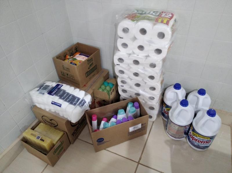 Cedida - Algumas doações que são enviadas à entidade, com produtos de limpeza e alimentos