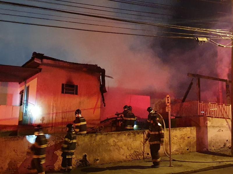 Cedida/whatsApp: Corpo de Bombeiros já faz o rescaldo do incêndio