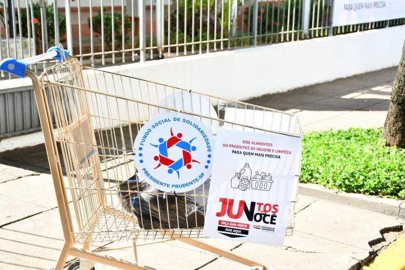 Marcos Sanches/Secom - Carrinho de supermercado colocado defronte ao Fundo Social