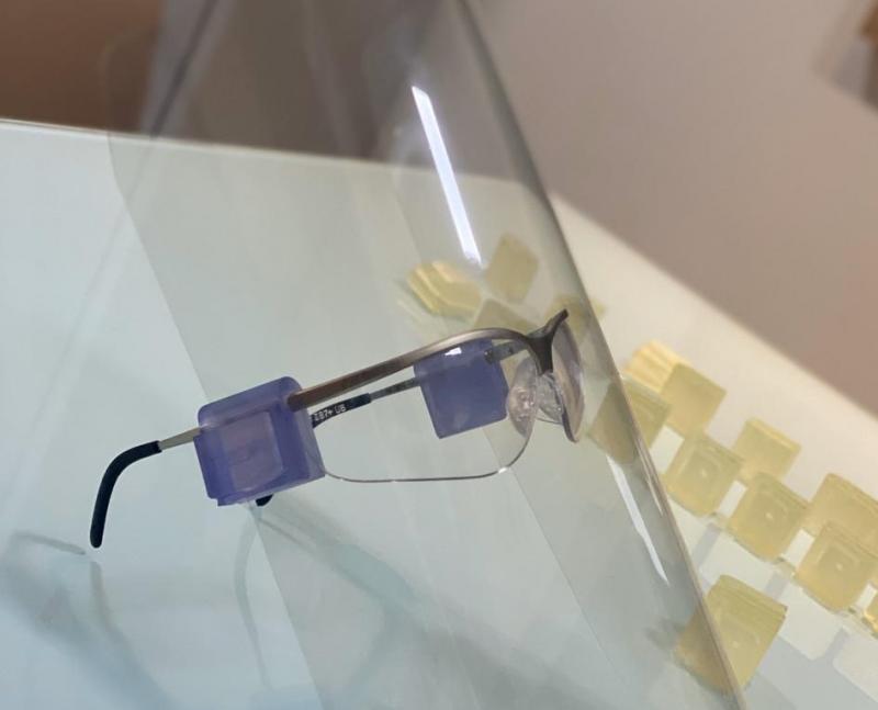 Cedida - Clip se adapta a quaisquer óculos e nele se encaixa a placa protetora de acetato