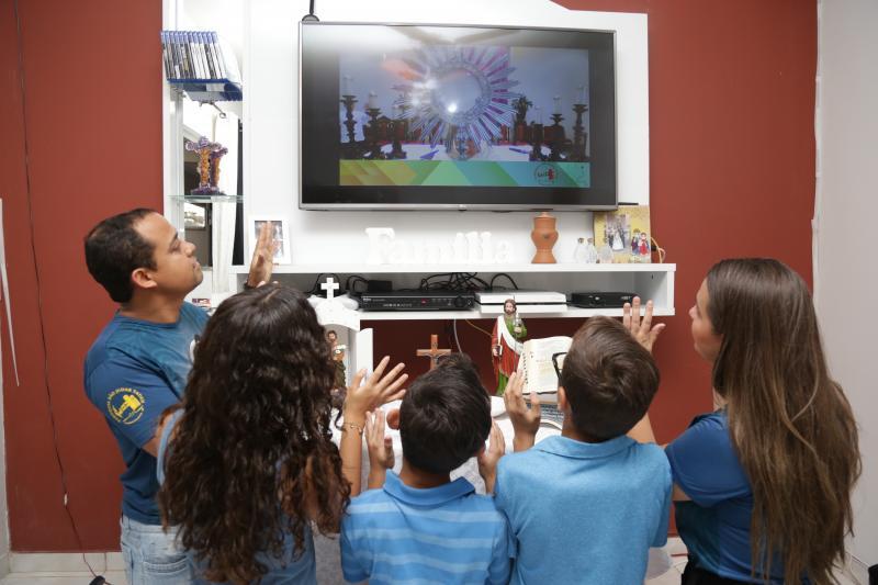 Weverson Nascimento - Na casa de Mariana, família agora assiste as celebrações na sala, pela TV