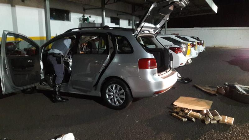Polícia Militar Rodoviária - Carro foi levado à base da polícia para retirada da droga