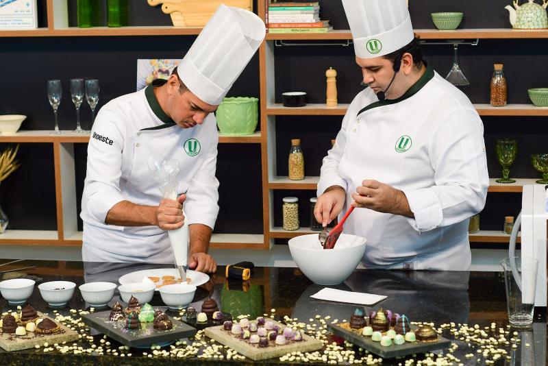 Mariana Tavares - Os chefs Fábio Almeida e Yuri Moita ensinam a preparar marshmallow com cobertura de chocolate