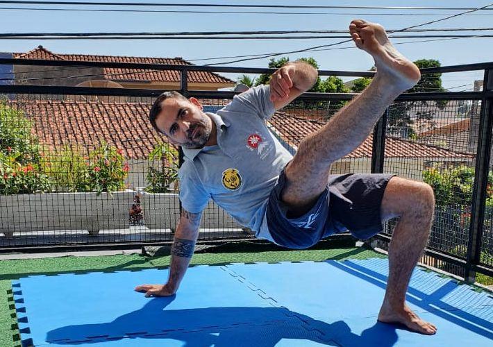 Cedida - #emcasa o sensei Rodolfo mantém os treinos físicos fazendo exercícios funcionais e calistenicos