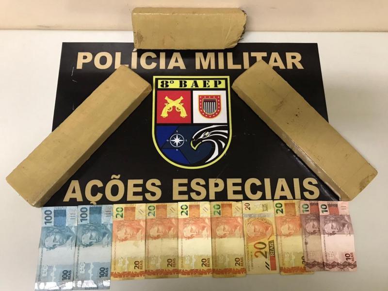 Foto: Polícia Militar – Droga foi localizada no banco traseiro do veículo