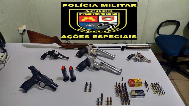 Foto: Polícia Militar – Itens foram localizados no carro e na residência de um dos detidos