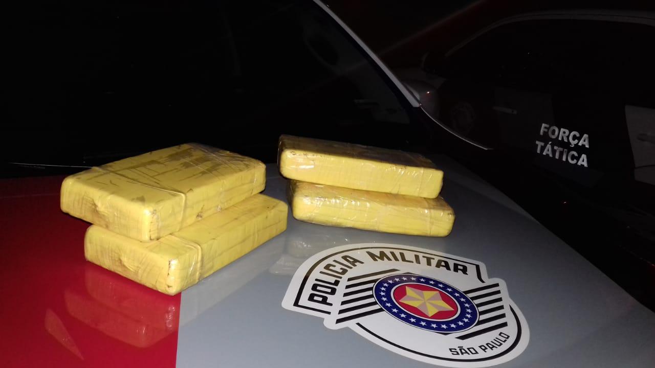 Polícia Militar - Drogas estavam dentro de sacola arremessada em rodovia