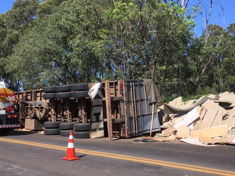 Tombamento de caminhão na rodovia