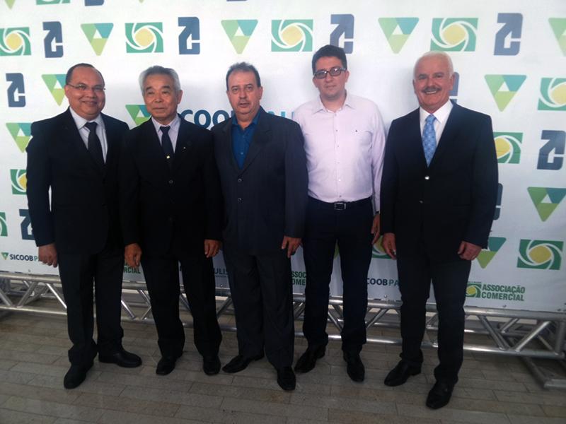 OS DIRETORES DO SICOOB PAULISTA, ANTONIO JOÃO BASTISTA DE SOUZA, EDSON SUGAWARA E EDMAR FERREIRA, COM OS PRESIDENTES DAS ASSOCIAÇÕES COMERCIAIS DE RANCHARIA (CARLOS ALBERTO FERNANDES), E PRESIDENTE PRUDENTE (RICARDO ANDERSON RIBEIRO)