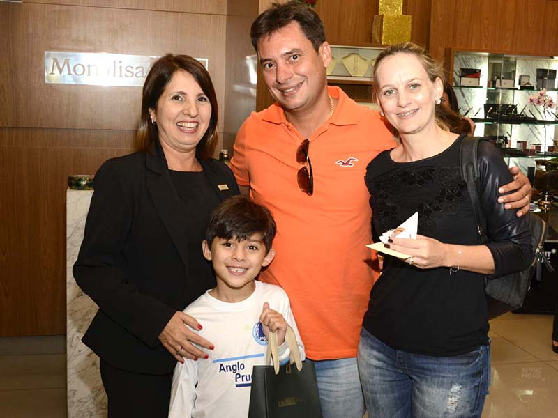 REGISTRO Regina Pimentel do Prado, Edney Camargo, Juliana e Francisco, na tarde de lançamentos de Monalisa Joias Prudenshopping