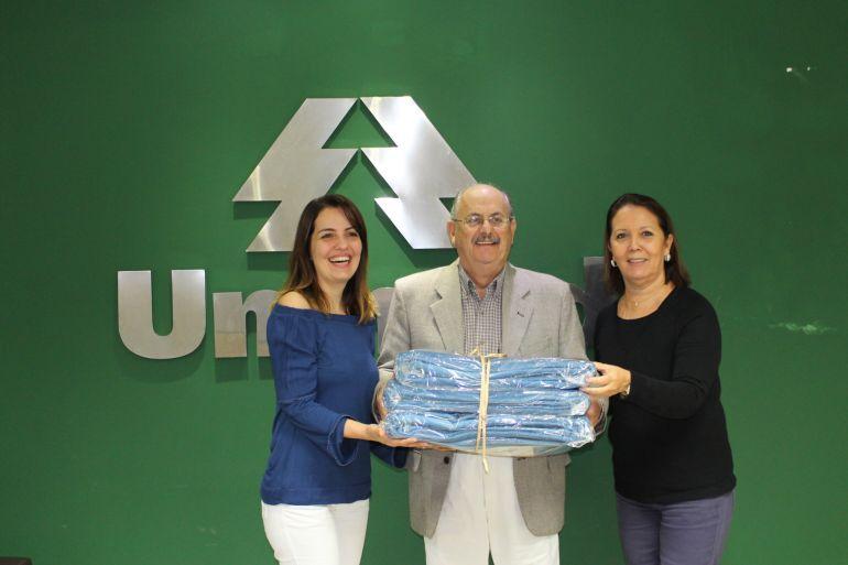 Paulo Roberto Mazaro, presidente da Unimed, entre Lisiane Bugalho, presidente do Fundo Social e a coordenadora da campanha do agasalho, Kátia Guímaro