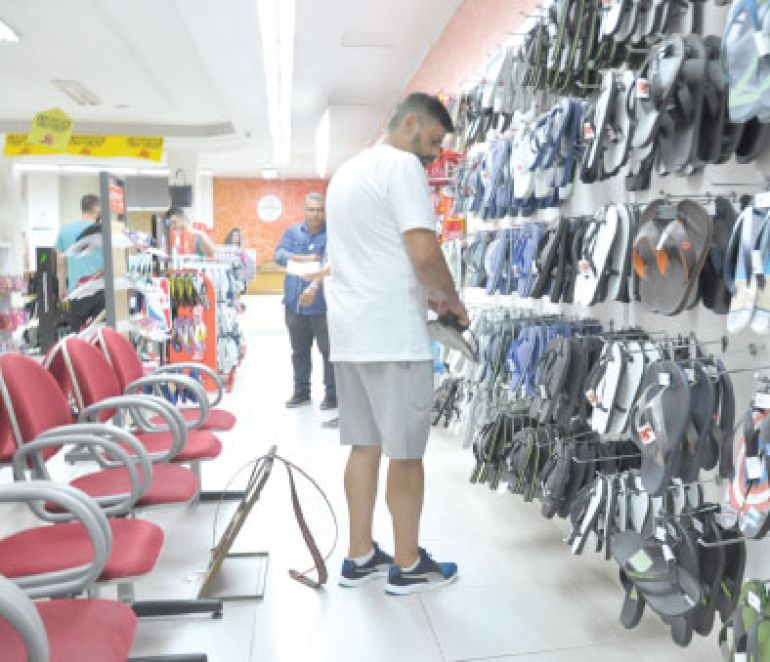 José Reis, Chinelos, tênis e rasteirinhas são alguns dos itens mais procurados para curtir as festas