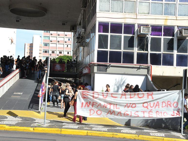José Reis,Cerca de 250 educadores protestaram ontem, durante o dia, em frente ao Paço Municipal