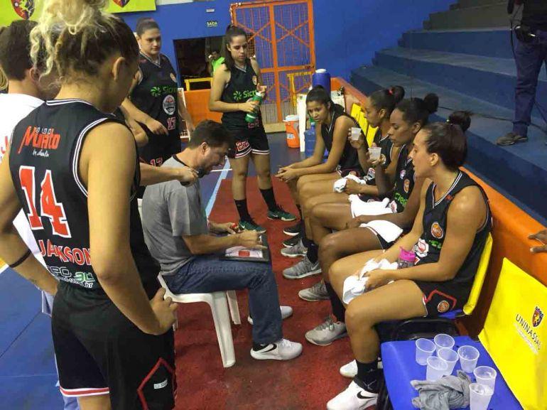 Cedidas/André Aon/LBF, Técnico Flávio Prado conversa com as meninas da equipe durante o jogo de sexta-feira