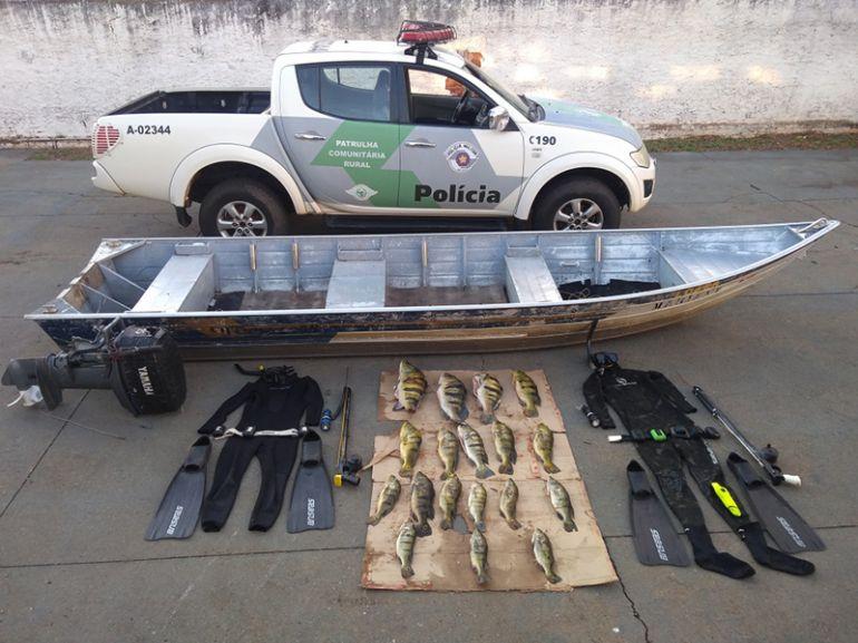 Polícia Militar Ambiental -Peixes foram encontrados já esviscerados, dentro da embarcação