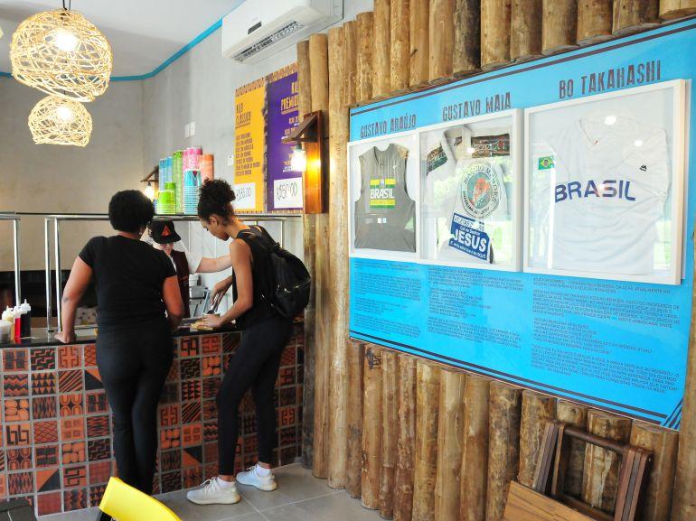 Marcio Oliveira - Fotos e camisas dos atletas estão expostas no Brodah Açaí