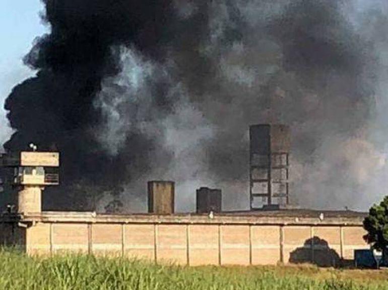 Reprodução/WhatsApp, Além da fumaça indicativa de fogo, portões foram quebrados