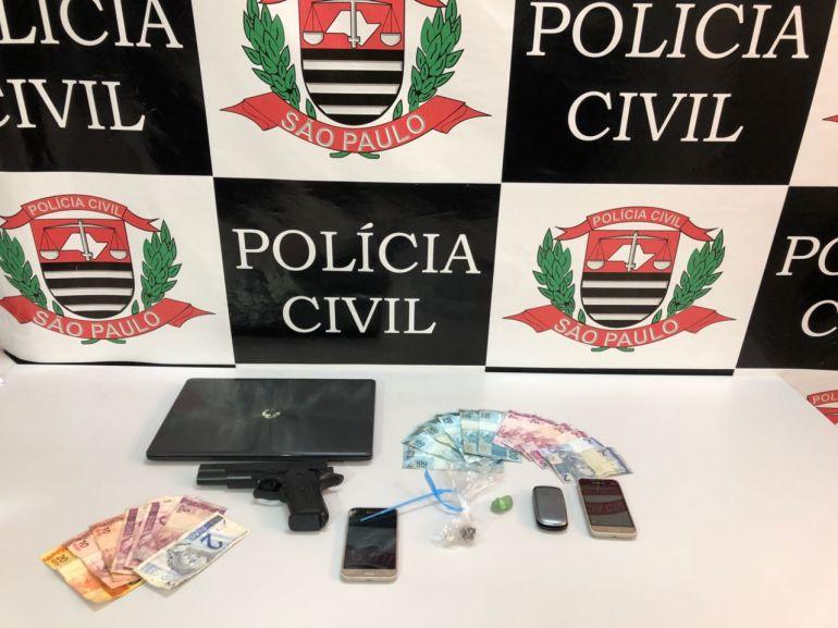 Polícia Civil - Policiais também apreenderam objetos que estavam com os suspeitos