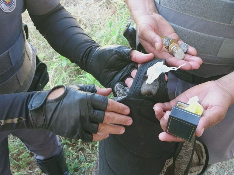Polícia Militar - Quatro porções de crack foram localizadas na alça de mochila escolar pelos policiais