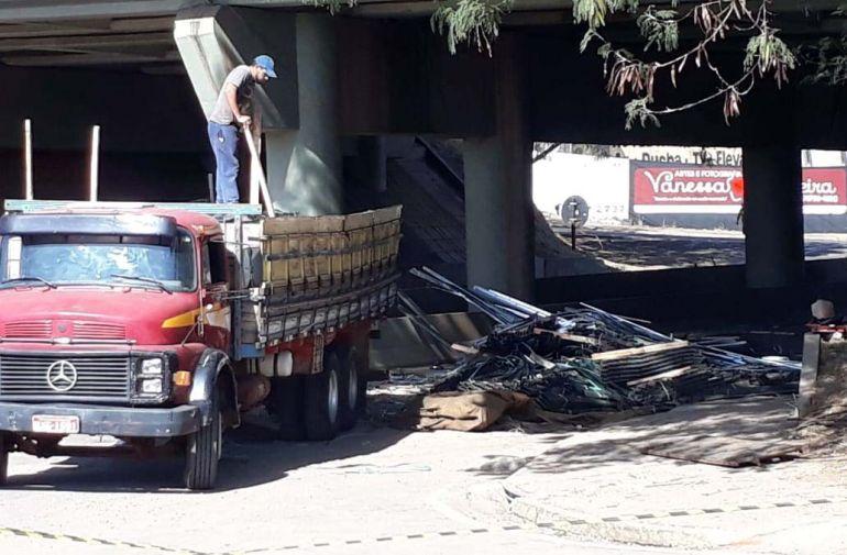 José Reis - Trânsito no cruzamento ficou impedido para retirada de carregamento do caminhão