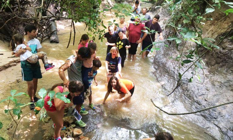 Hóspedes do Terra Parque fazem um tour pela eco-trilha que contorna o resort, em Pirapozinho