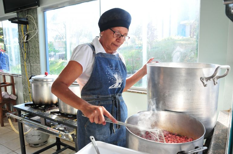 Marcio Oliveira - Voluntários se empenham na preparação de pratos para agradar visitantes