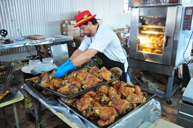 Marcio Oliveira - Joelho de porco é um dos pratos mais vendidos da festa
