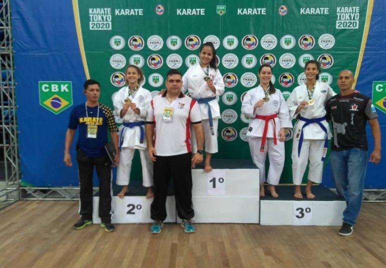 Cedida/ Yara Livramento - Com apoio de seu treinador, Yara conquistou o primeiro lugar no pódio, em competição no RJ