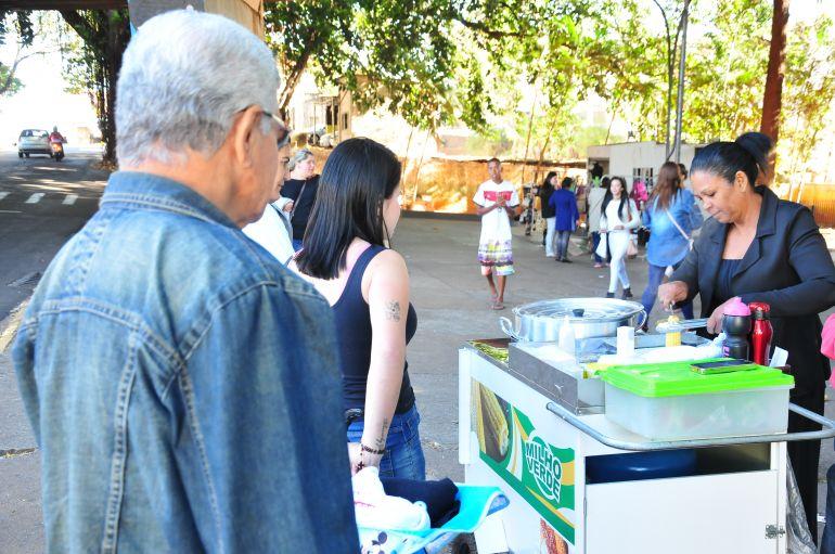 Marcio Oliveira - Ducimara vende milho cozido embaixo do pontilhão da Vila Marcondes
