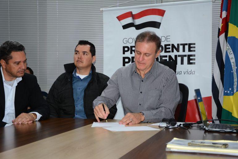 Cedida/Marcos Sanches/Secom - Ordem de serviço para  construção da ponte sobre o Córrego da Onça foi assinada nesta quarta