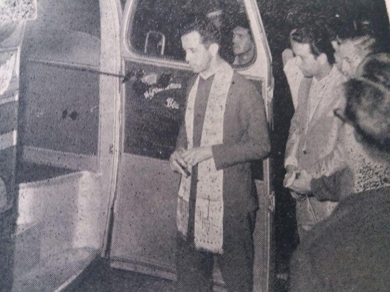 Arquivo - Em frente à agência, na Praça 9 de Julho, o padre Francisco Leão ministrou a benção dos novos veículos da Andorinha