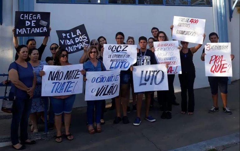 Valéria Ribeiro/Cedida - Protesto reuniu cerca de 30 pessoas em frente à Prefeitura de Epitácio