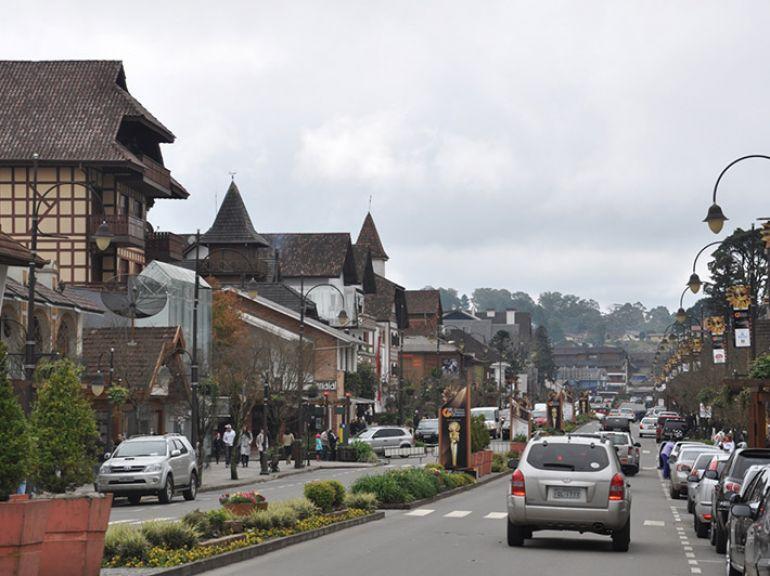 Sinomar Calmona - A avenida central de Gramado: cidade não tem semáforos. O trânsito é controlado pelas rótulas