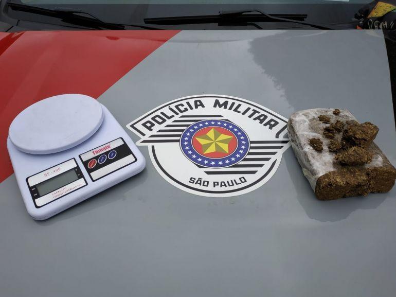 Polícia Militar - Balança de precisão e tijolo de maconha foram localizados em mochila de adolescente